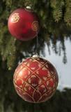 Weihnachtskugeln am Tannenbaum im Schnee