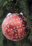 Weihnachtskugel am Tannenbaum im Garten