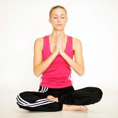 Blondine beim Yoga