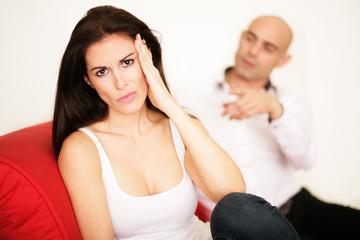 Frau mit Kopfweh auf dem Sofa