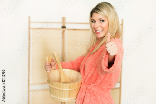 Frau im Saunabereich