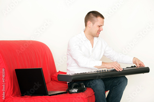 Mann mit Musikinstrument