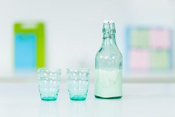 milchflasche mit gläsern