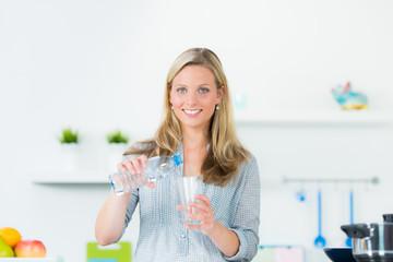 glückliche frau trinkt wasser