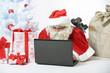 Weihnachtsmann arbeitet am Computer