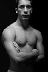 Modelo: Javier Ríos. Brazos Cruzados
