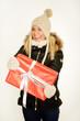 Blondine im Winter mit Geschenk