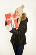 Blondine mit Weihnachtsgeschenk