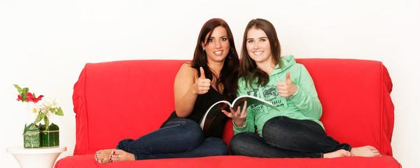 Attraktive Frauen auf dem Sofa