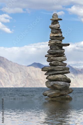 steinpyramide-am-see-ladakh