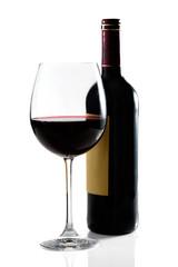 Copa de vino y botella en fondo blanco