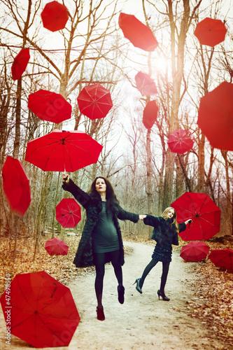 czerwone-parasole-spadaja-z-nieba