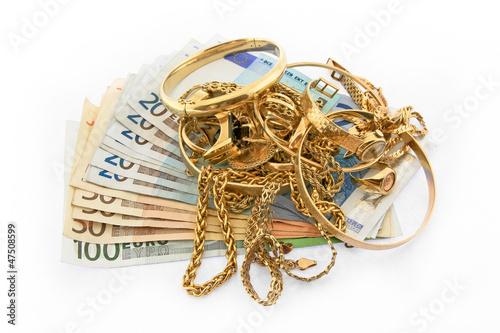 Goldschmuck auf Euro Geldscheinen