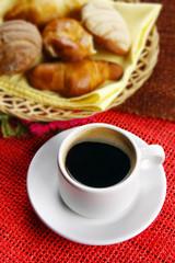 Café con canasta de pan dulce.