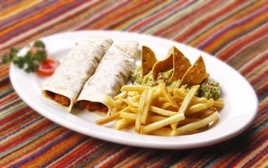 Burritos de carne de res con guacamole. Comida mexicana.