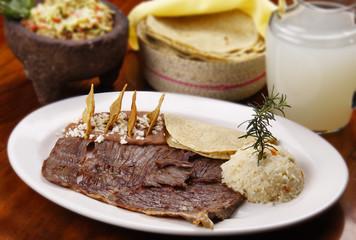 Bistec de res con frijoles y arroz. Comida Mexicana