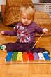 Mädchen spielt Xylophon