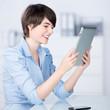 junge geschäftsfrau liest am tablet