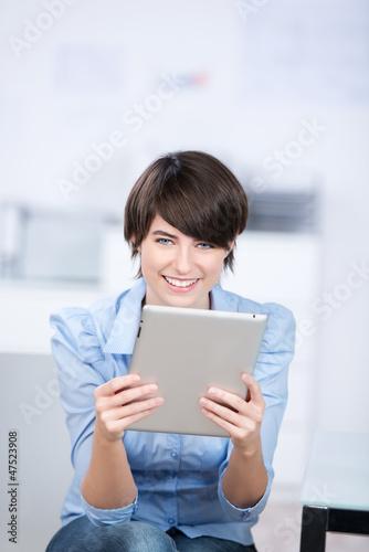 frau arbeitet mit tablet