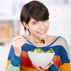 junge frau isst gesund