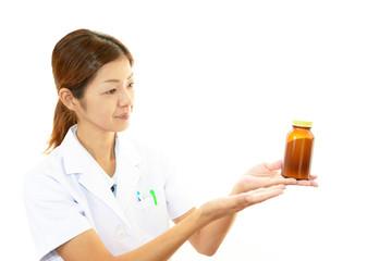 薬を持つ薬剤師