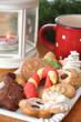Gemischte Weihnachtsplätzchen mit Laterne und Tasse