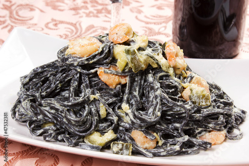 tagliatelle al nero di seppia con gamberi e zucchine