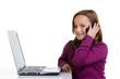 mädchen mit handy und laptop