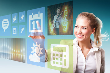 junge Frau nutzt virtuelles Interface