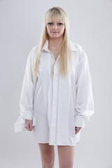 junge blonde Frau in Männerhemd