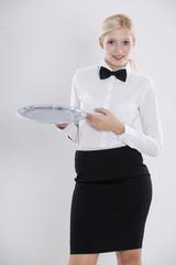 junge Kellnerin mit leerem Tablett