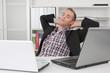 Tagträume im Büro - ein Mann entspannt