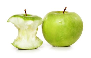 Manzana mordida y entera.