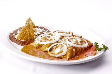 Enchiladas rojas con frijoles.