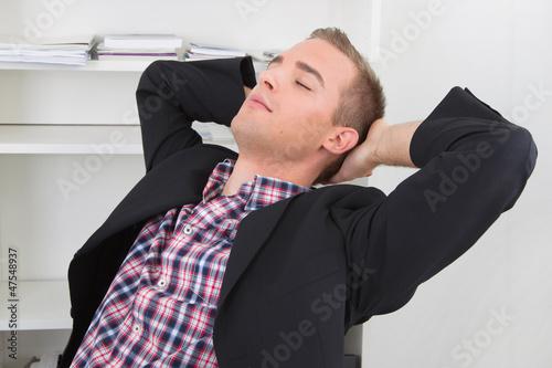 Mann träumt vor sich hin