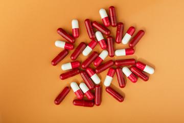 capsulas medicamento rojas y blancas