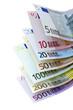 Eine Reihe von Euro-Geldscheinen auf weißem Hintergrund