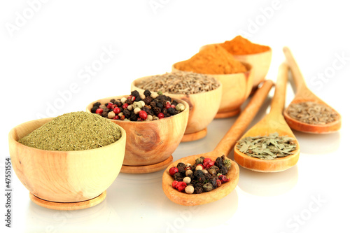 Foto Spatwand Kruiden wooden bowls and spoons with spices isolated on white