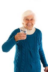 241112 Oma mit Wasser