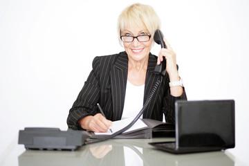 Frau im Büroalltag