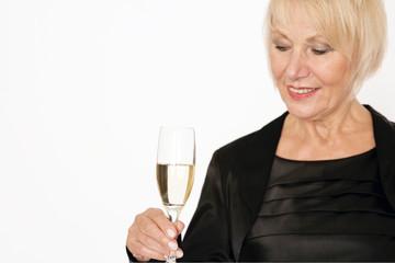Ältere Dame mit Champagner