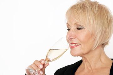Ältere Dame trinkt Champagner