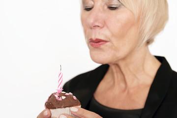 Frau mit Geburtstagsmuffin