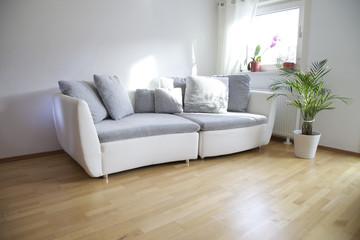 Wohnzimmer mit Holzboden und Sofa