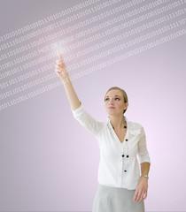 Femme inscrivant son mot de passe sur un écran virtuel