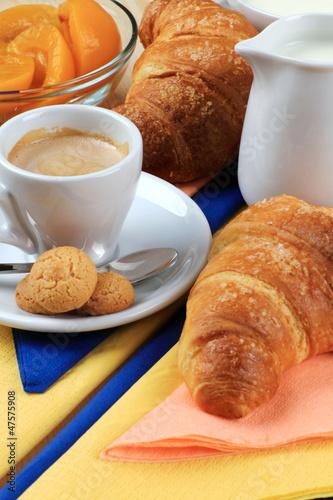 Colazione con caffè,pesche sciroppate e cornetti