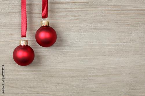 Weihnachtskugeln auf Holz