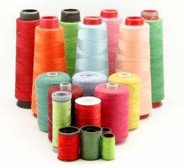 Bobinas de hilos de colores