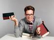 Lachender junger Mann mit Büchern in der Hand