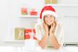 junge frau mit weihnachtsgeschenken